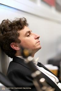 幕間休息時倚牆小憩的定音鼓手Brian Marple。