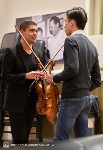 小提琴演奏家Gustavo Briceno 和鍾遠航進行專業上的探討。