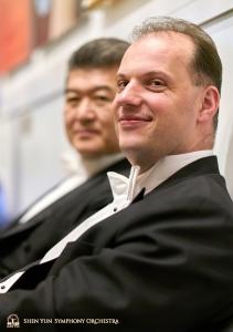 低音提琴演奏家劉偉和Juraj Kukan於卡內基音樂聽演出前的合影。