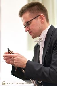 中場休息時, 單簧管領奏Yvegeniy Reznik在細心檢查樂器 。