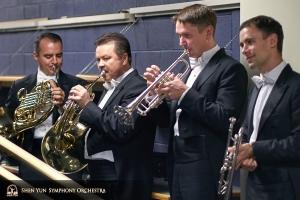 シカゴ・シンフォニーセンターのオーケストラホールでの演奏会のために準備する管楽器奏者たち。