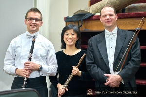 (左から)クラリネット奏者エフゲニー・レズニック、フルート奏者の李佳蓉、バス奏者ユライ・クカン。ボストン・シンフォニーホールで。
