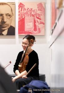 中提琴演奏家杜美純在休息時與人開心聊天 。