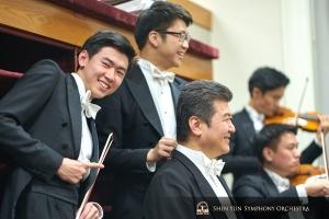 (左から)バイオリン奏者のマックス・ヂョンとウェズリー・ヂョウ。バス奏者の劉偉。神韻交響楽団2019年コンサートツアー最後のボストンの会場で。