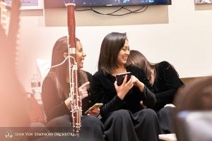 演奏員們的歡樂時光:左起巴松演奏家Gabriela Gonzalez、二胡獨奏家王真和豎琴演奏家郭絢麗。
