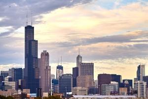 芝加哥市中心望落日熔金,暮雲合璧。