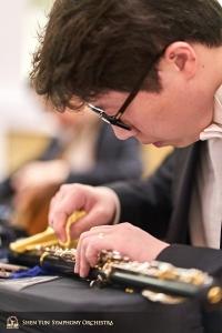 リハーサル前に楽器の手入れをする、オーボエのプリンシパル奏者、楊聲。