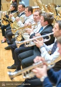 神韻交響楽団のトランペット奏者とフレンチホルン奏者たち。