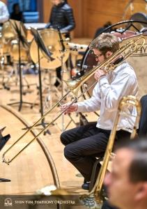 トロンボーンを最大限に伸ばしたプリンシパル奏者、アリステア・クローフォード。