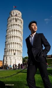 Als eerste: Florence, Italië. Danser Sam Pu bezoekt de nabijgelegen Scheve Toren van Pisa voorafgaand aan vijf uitverkochte voorstellingen in het Teatro del Maggio Musicale Fiorentino. (Foto door Andrew Fung)
