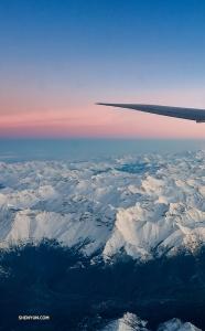 Ondertussen vliegt Shen Yun Touring Company over bergen om het Europese onderdeel van de tournee te beginnen. (Foto door danser Andrew Fung)