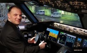 Eerste bassist Juraj Kukan hielp de artiesten vlot te landen (grapje). Bij aankomst bij de gate stond het vriendelijke personeel van de luchtvaartmaatschappij de Shen Yun artiesten toe om de cockpit van de nieuwe Boeing 787-10 Dreamliner te bekijken.