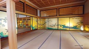 Binnenin zijn meesterwerken geschilderd op goudfolie. Ze werden voltooid door de meest getalenteerde schilders van een beroemde kunstacademie uit die tijd. (Foto door Jevgeniy Reznik)