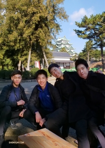 Dansers (van links naar rechts) Allen Liu, Daniel Sun, Felix Sun en Piotr Huang nemen het kasteelterrein in zich op. (Foto door Tony Zhao)